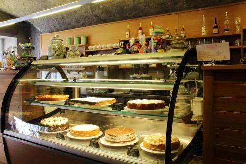 Kuchentheke im Café Lumen