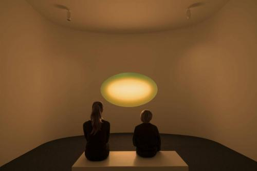 James Turrell Curved Wide Glass gold Foto: Florian Holzherr